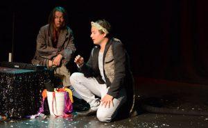 Regine Seidler (links) als Kippe und Frederic Phung als Maus auf der Bühne