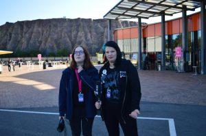 Soso und Laura vor der Metropolis Halle in Babelsberg.