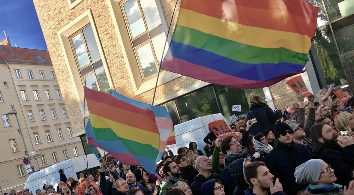 Menschenmenge über der Prideflaggen wehen