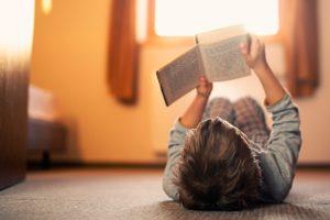 Kind was einen Buch liest